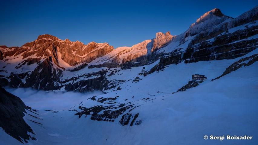 El refugi de Serradets envoltat de cims de 3000 m
